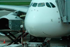 Avião no pátio do aeroporto